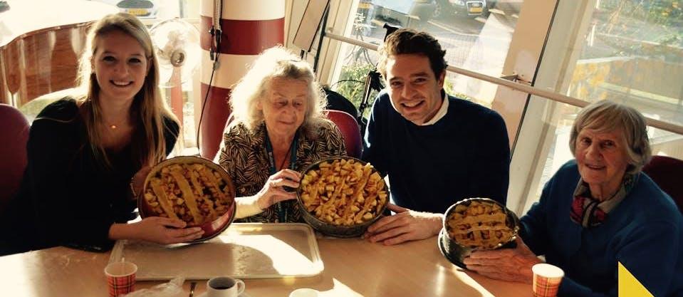 Appeltaarten bakken met Amsterdamse ouderen