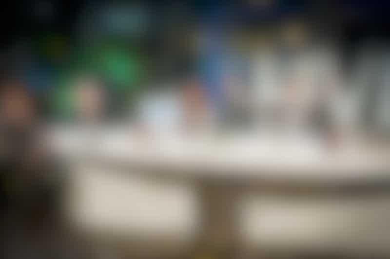 Uitreiking van de Haagse Vrijwilligersprijzen 2020 tijdens een livestream vanuit Studio B, met onder anderen presentator Bas Muijs, wethouder Kavita Parbhudayal en Fenna Noordermeer (PEP Den Haag). Foto: gemeente Den Haag/Valerie Kuypers