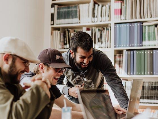 groep mensen aan een computer