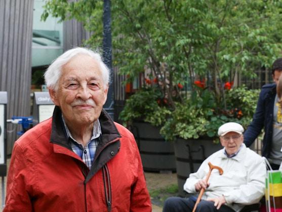 Oudere man met rode jas in ARTIS zoo