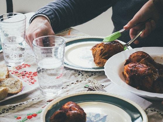 Een eettafel met kip