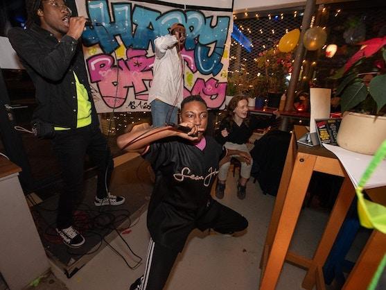 Iedereen is jarig dancing and singing people