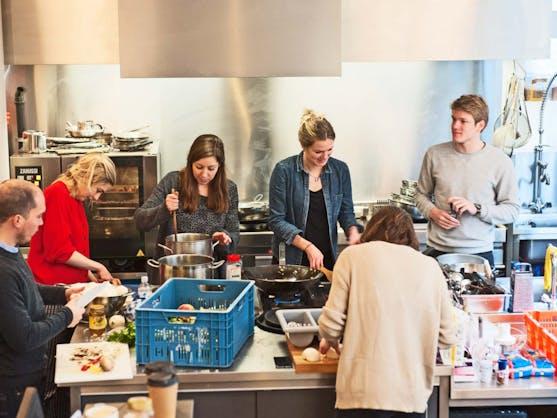 vrijwilligers aan het koken bij Buurtbuik