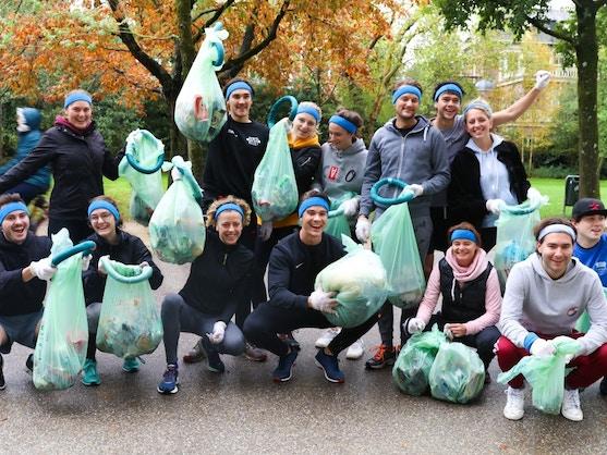 vrijwilligers aan het vuilnisrapen in het vondelpark