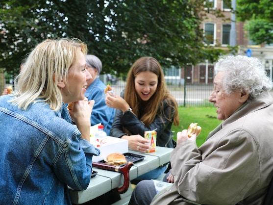 oudere dame aan het eten