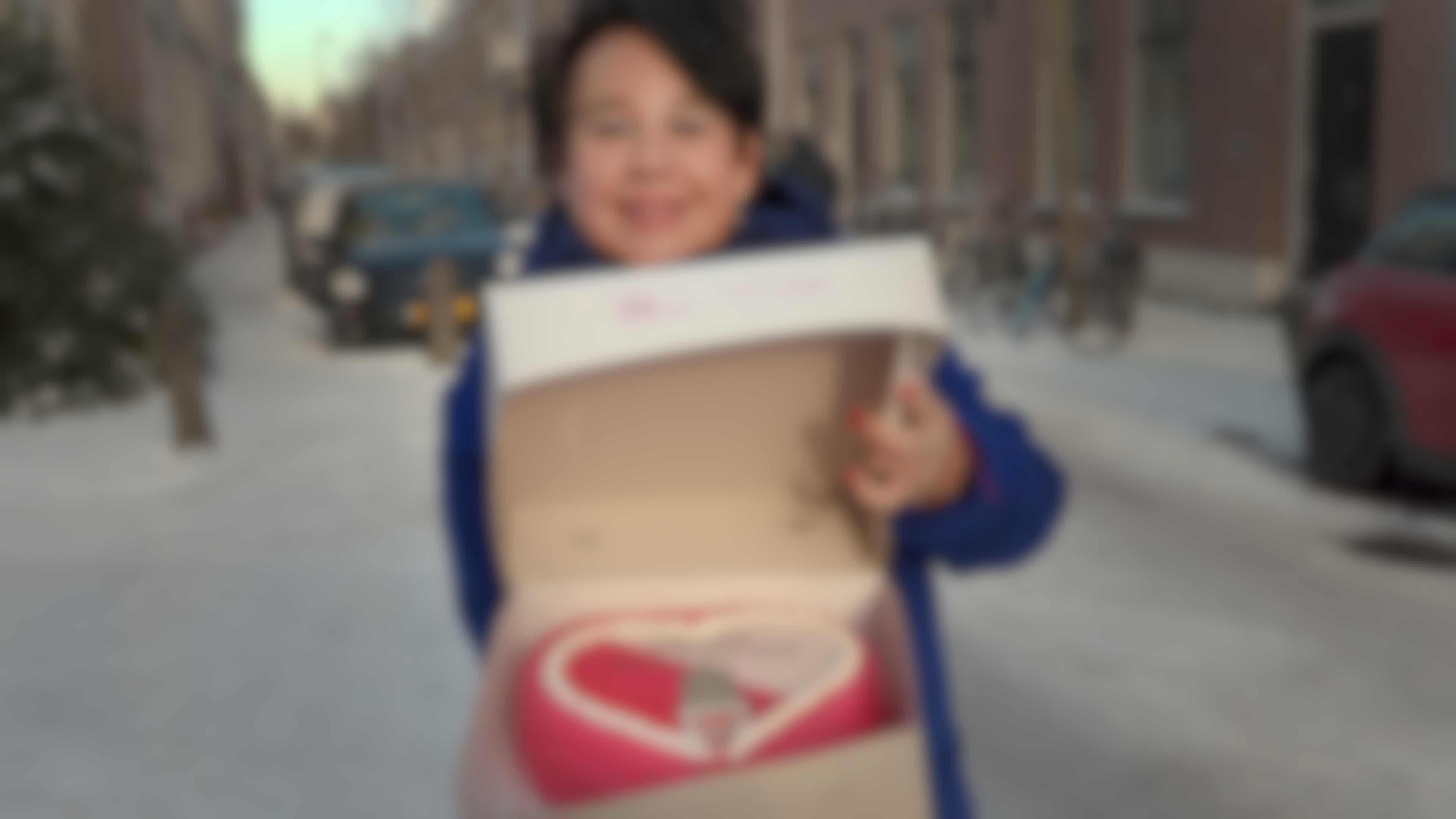 Sharon Dijksma bedankt vrijwilliger Irene in Utrecht.