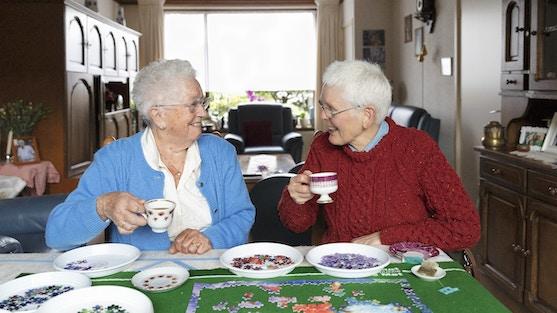 maatjes in Heumen drinken samen koffie