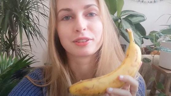 Een meisje met 1 banaan in haar hand