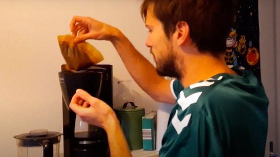 Man haalt koffiedik uit koffiemachine
